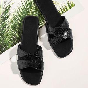 Crocodile pattern flat slippers